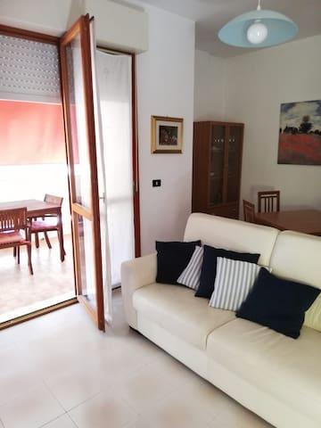Luminoso appartamento con ampio balcone vista mare