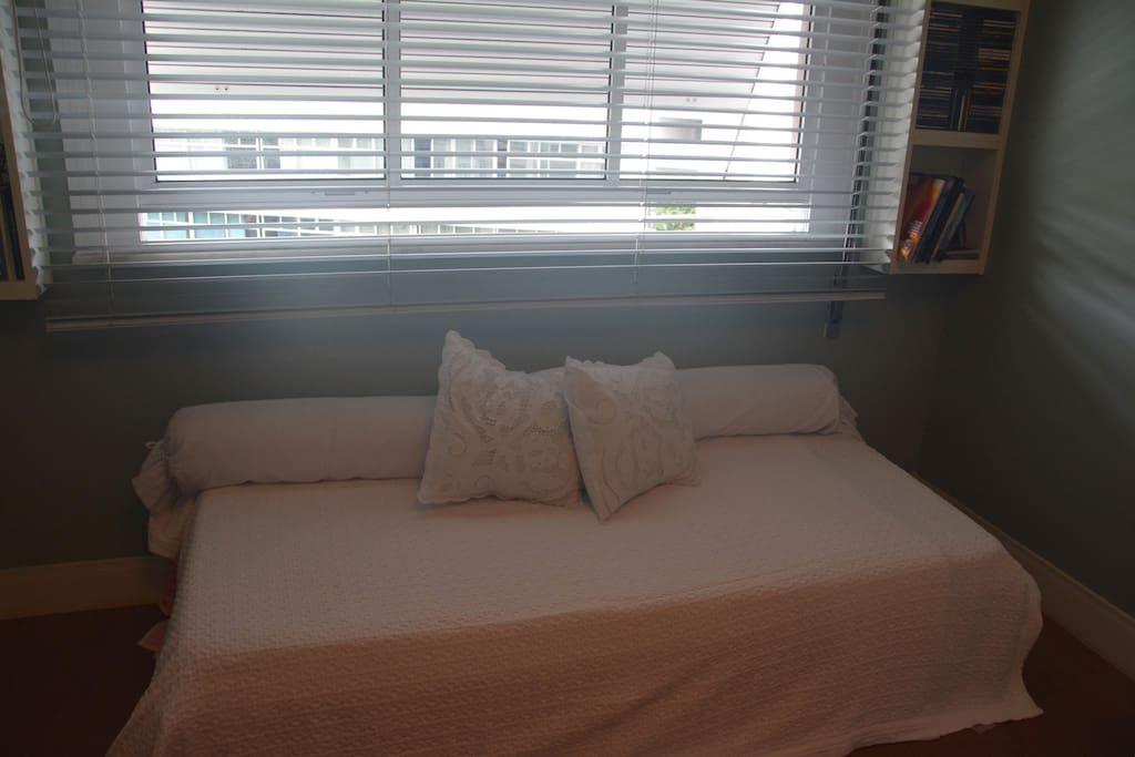 Pequena cama de apoio no quarto