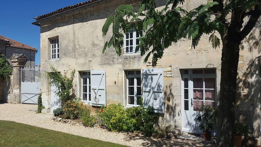 Maison rénovée avec cours fermée - Bassac - Casa