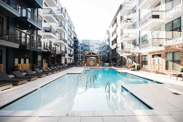 Chic Luxury One Bedroom Downtown - Pool, Parking
