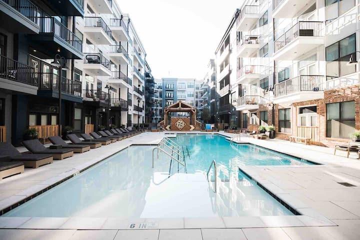Chic Luxury 1 Bedroom Downtown -Open Pool, Parking