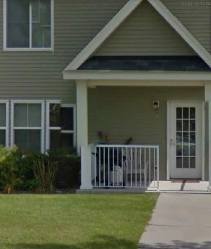 Nice Area, 1 private bedroom, shared townhome.