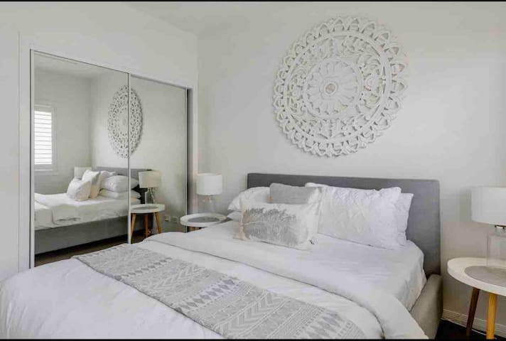 Queen size bed , 100% cotton sheets , plantation shutters , double built in robe , ceiling fan , air conditioning