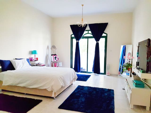 Beautiful Jumeirah villa near beach (Pool + gym) - Dubai - Casa