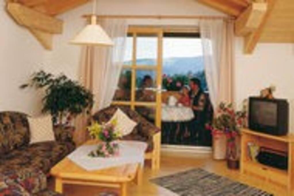 Wohnzimmer mit Balkon oder Terrasse