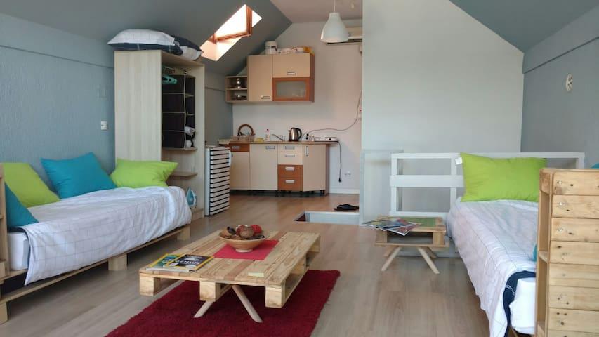 Bright, spacey and comfortable central studio
