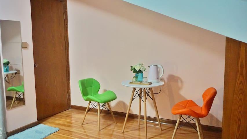 温馨现代风格色彩阁楼,可使用家庭影院哦,舒适干净 - Guilin - Casa
