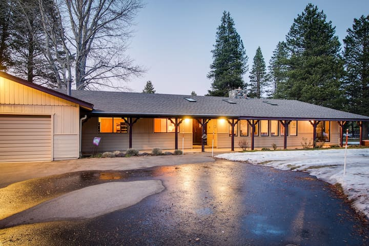 Cozy retreat w/private hot tub, golf on-site, near skiing