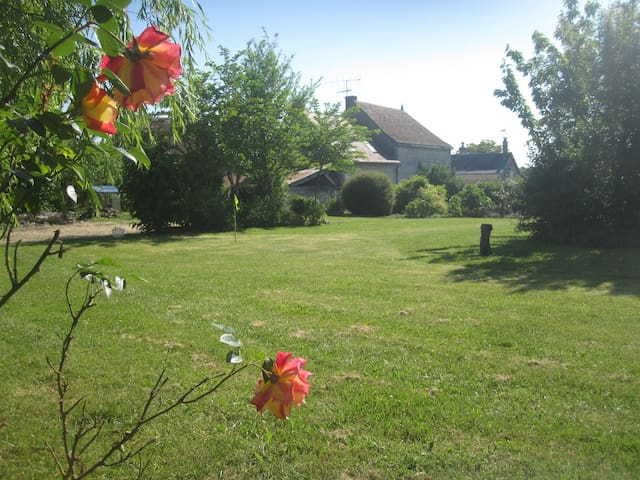 Character Village House In Loire With Large Garden - Civray-sur-Esves - House