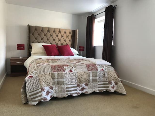 Luxurious Queen Sized Bedroom with En-Suite