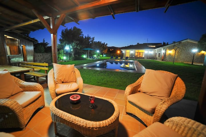 House with pool table,foosball, tennis (padel) BBQ