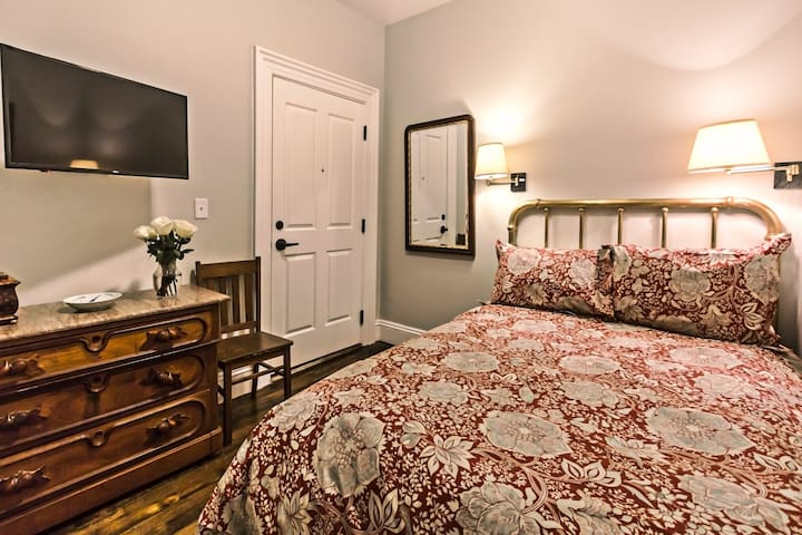 Cozy Private Room #4 ~Brookline Bed and Breakfast