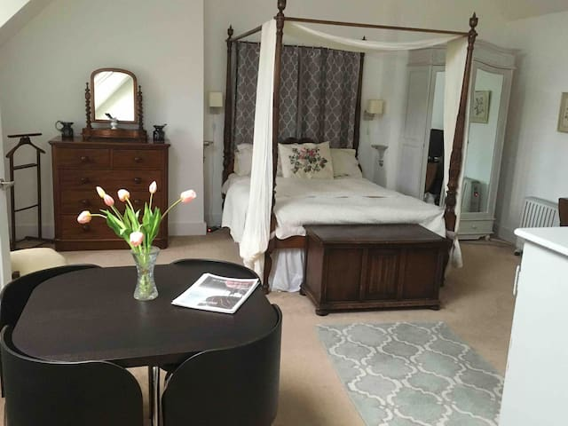 Fab family Room with Romantic 4 Poster city centre