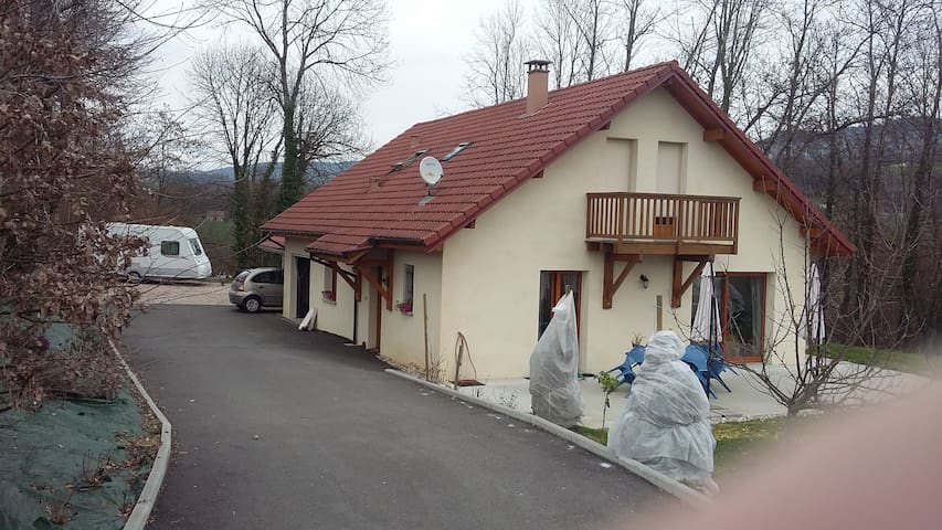 chbre lit 2 pers + chbre 3 lits - Domessin - House