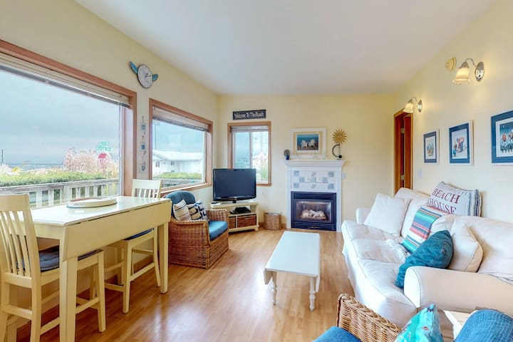 Gorgeous dog-friendly cottage one block to the beach
