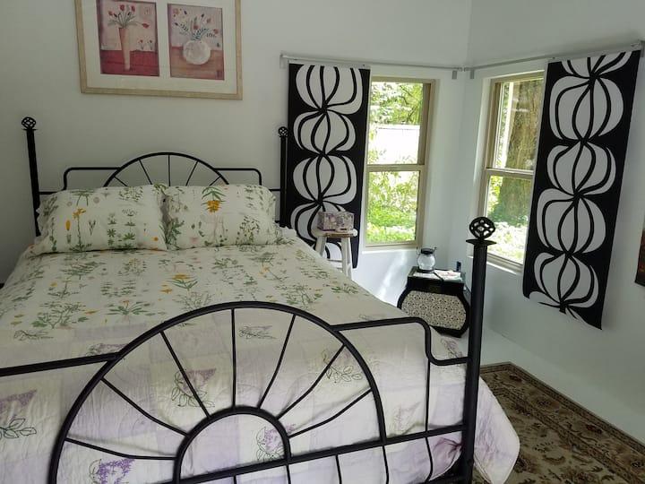 Snuggle into our cozy McKenzie River garden house