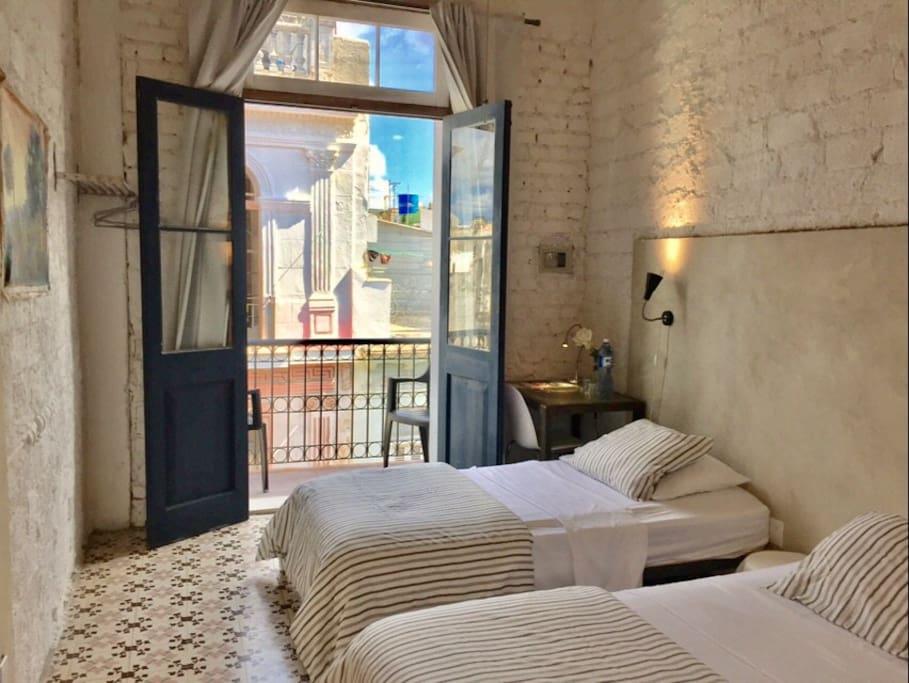 Room 8 animas 303 havana balcony 2 twin beds casa for Animas room valencia