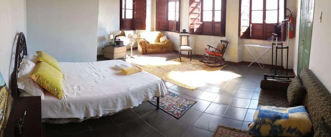 Ampla suite em Casarão Histórico, Paranaguá.