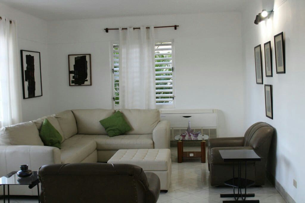 Amplia sala con una decoración muy sencilla y moderna. Las ventanas permiten que entre una brisa caribeña maravillosa. Está climatizado.