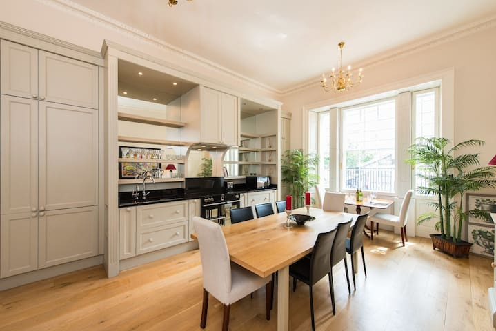 York Place: Luxurious  apartment For Two adults.