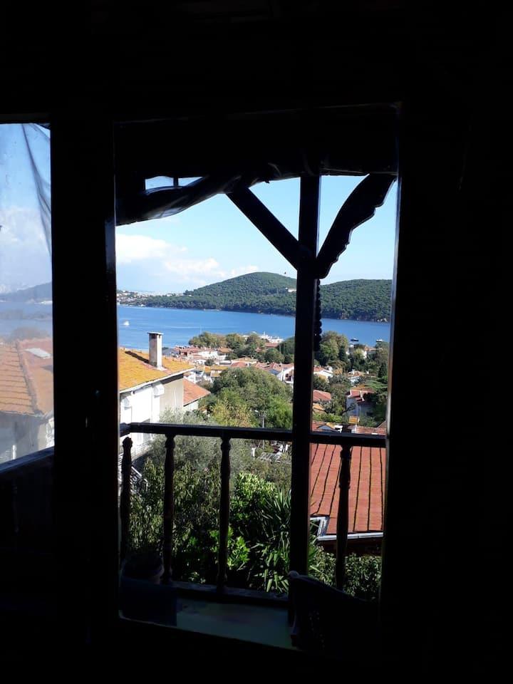 Tarihi köşkte deniz manzaralı özel oda