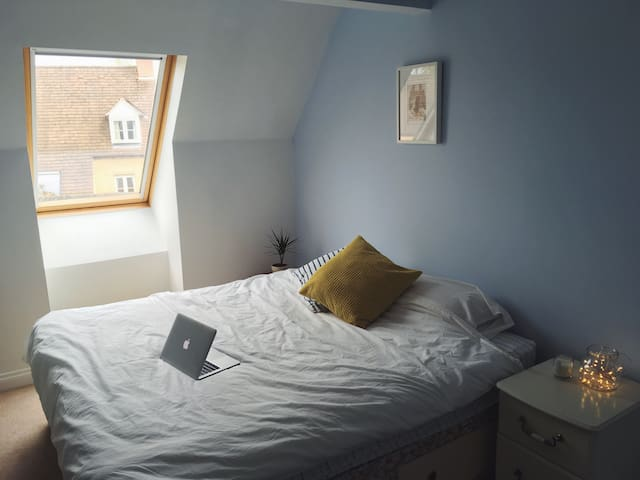 Spacious double/twin bedroom - Witney - House