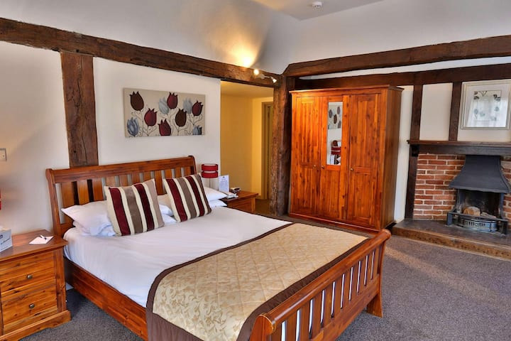 Essential and Business Travel Only: Remarkable Quadruple With Double Bed At Bury St. Edmunds