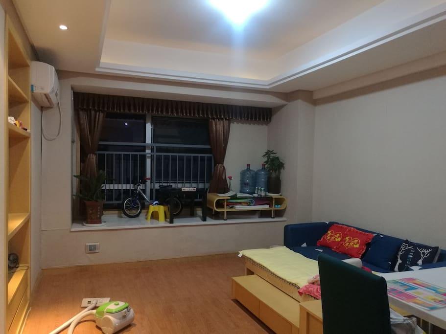 客厅有一个小朋友的床和沙发拼在一起,小床适合150CM以内的小朋友,沙发适合165CM左右的成人