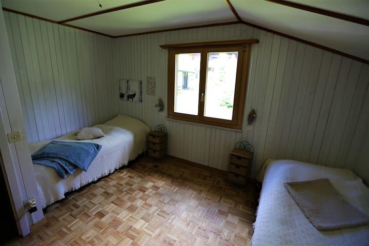 Schlafzimmer im Obergeschoss mit zwei Einzelbetten (zwei weitere Matratzen vorhanden)