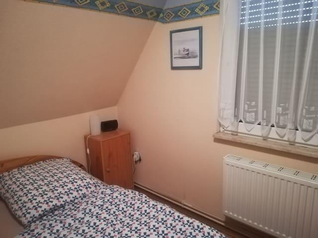 Auch ein Radiowecker und TV sind im Schlafzimmer nutzbar.
