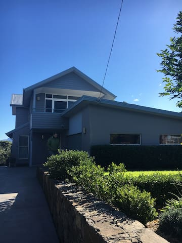 Large, modern house with amazing views. - Gerringong - Hus