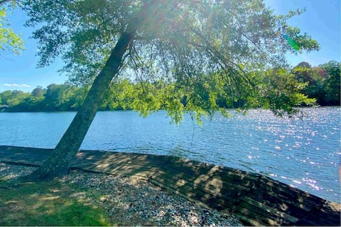Lake views 24/7 Newly updated- great for couples!