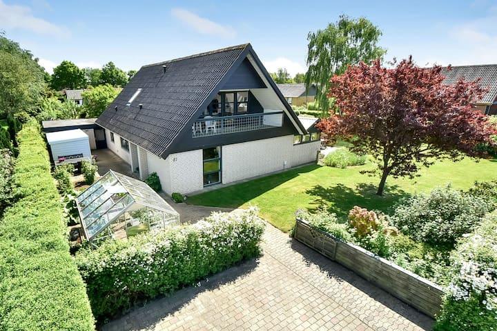Stort hyggeligt hus med dejlig lukket have - Sunds - Huis