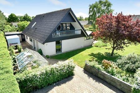 Stort hyggeligt hus med dejlig lukket have - Sunds