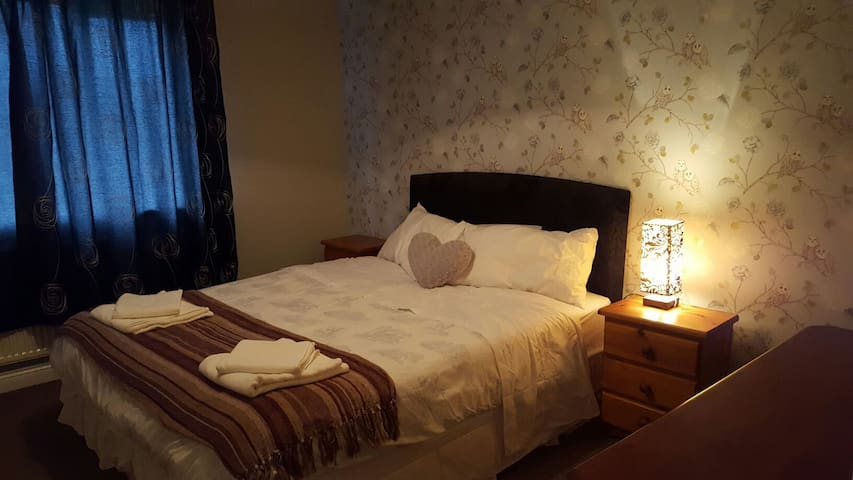 Spacious king size bed. Quiet area - Maynooth