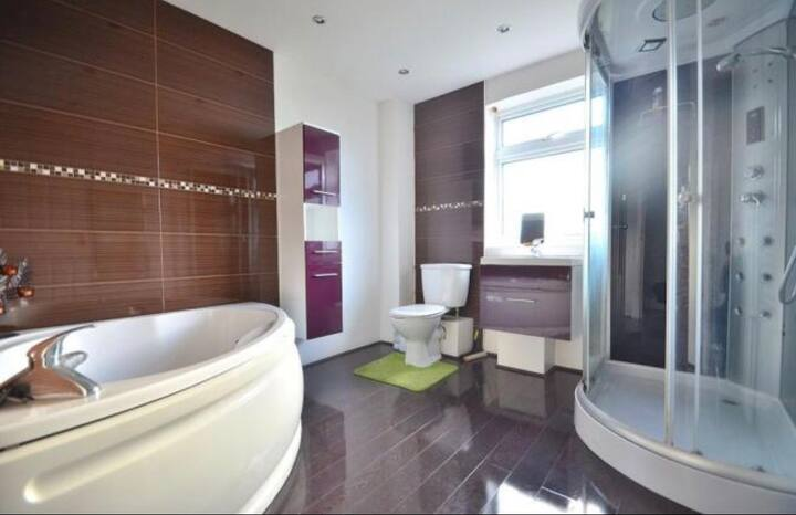 Single room - Walking distance from Cheshire Oaks