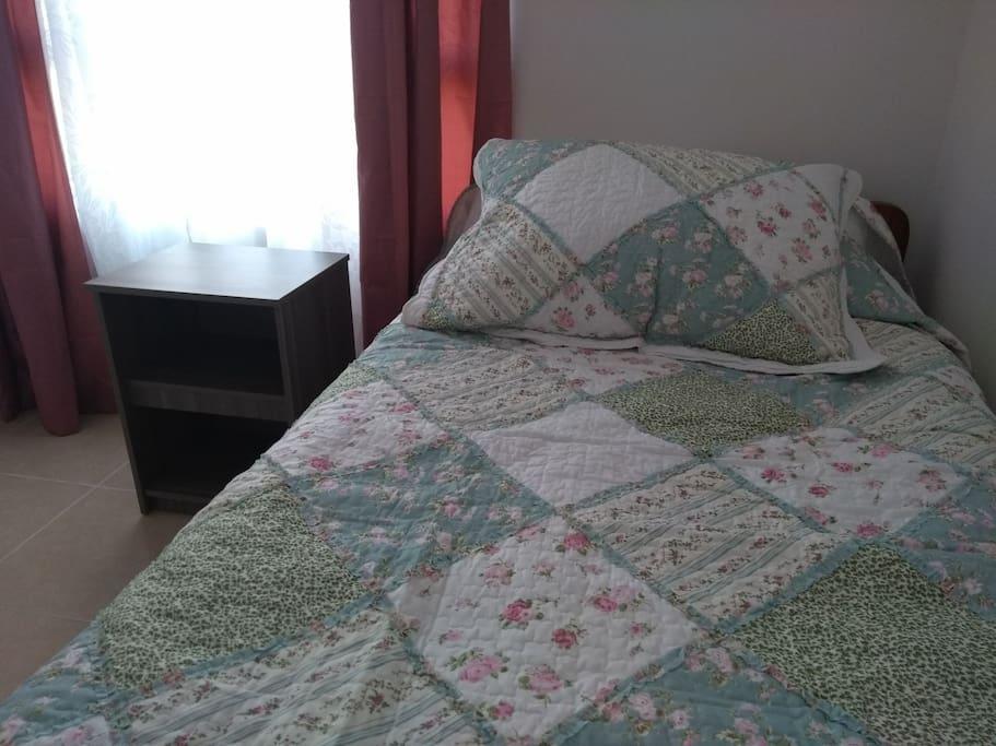 Dormitorio secundario cuenta con una cama nido