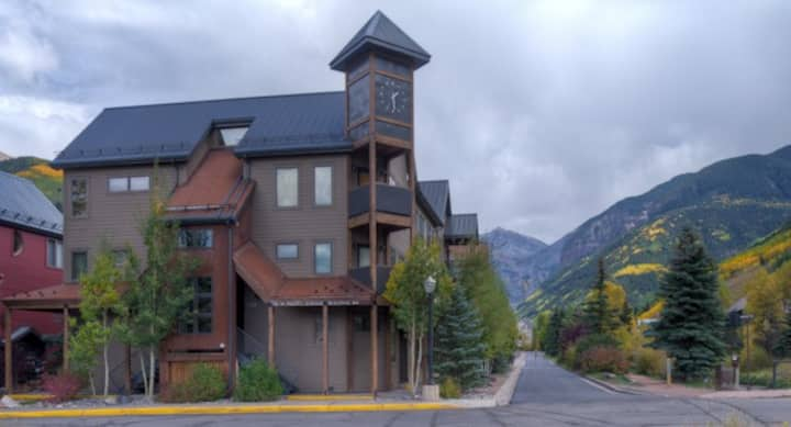 Spacious Corner Condo with Sunset Views steps from Lift 7