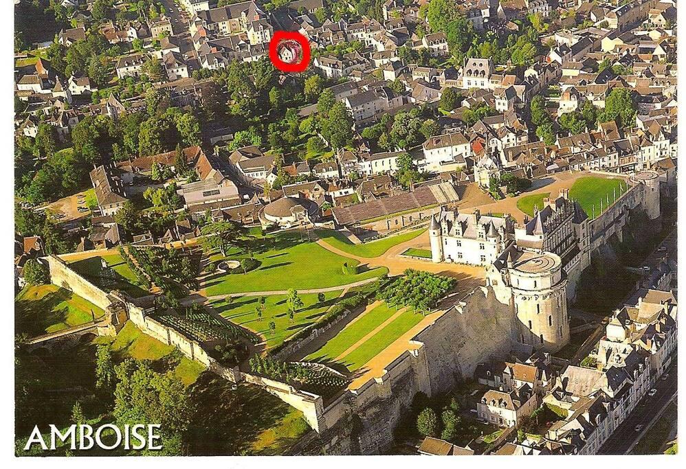 Tout près du centre ville : château royal,  parc Da Vinci, château Gaillard (la maison est dans le cercle rouge)