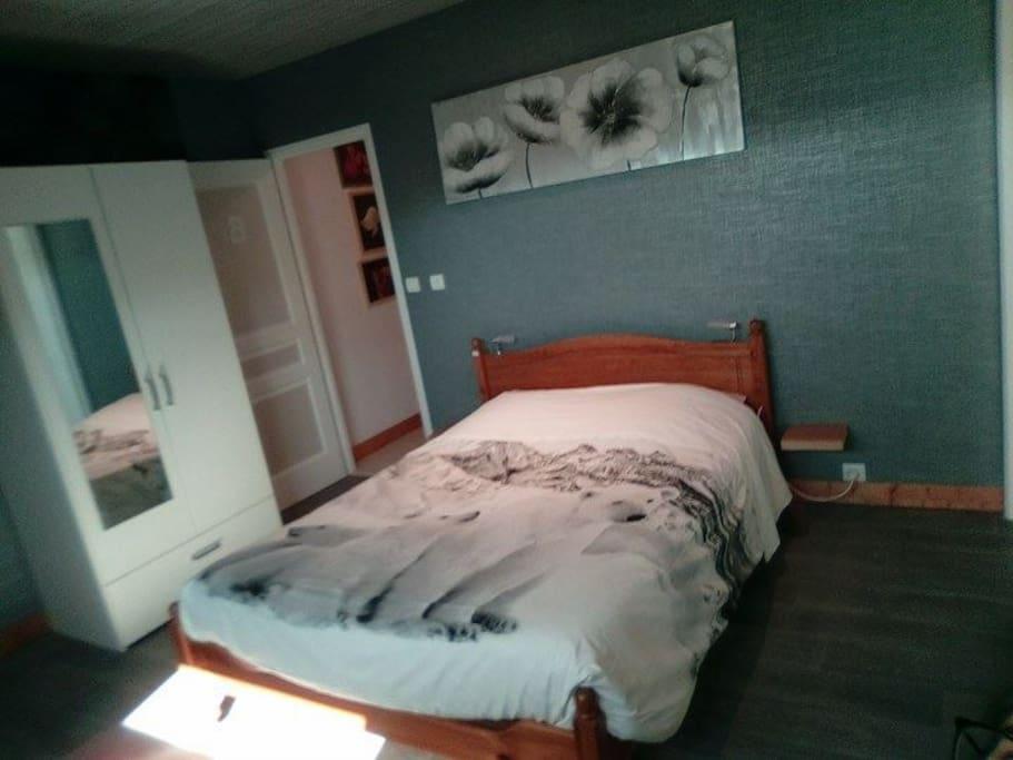 Chambre B : Lit 2 places + TV + Bureau