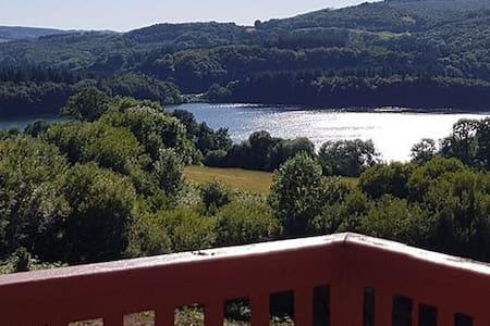 Joli petit chalet en bois avec vue sur lac