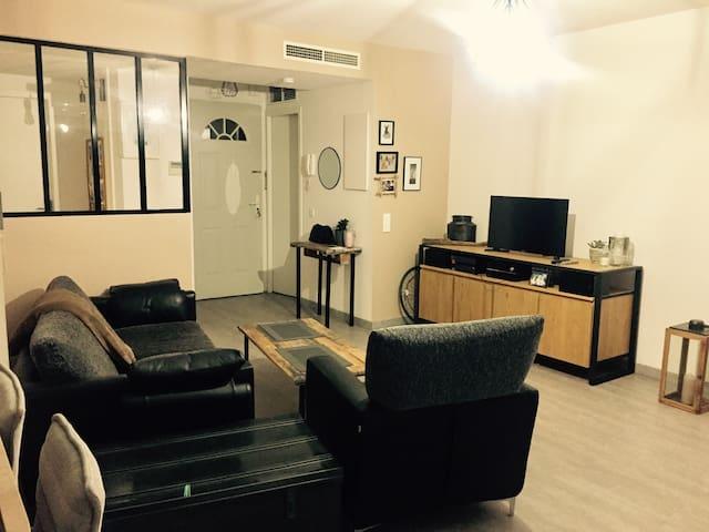 Chambre privée dans petit appartement douillet.
