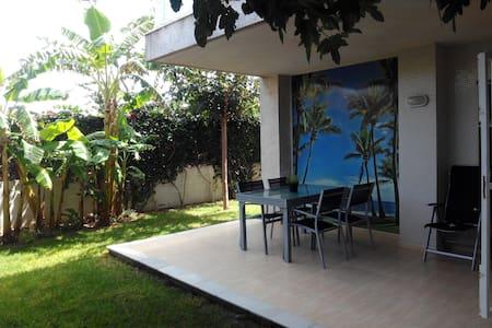 Apartamento con precioso jardín  frente al mar