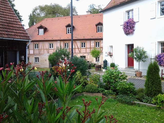 Private, nobel guesthouse with service  very quiet - Speichersdorf - Rumah Tamu