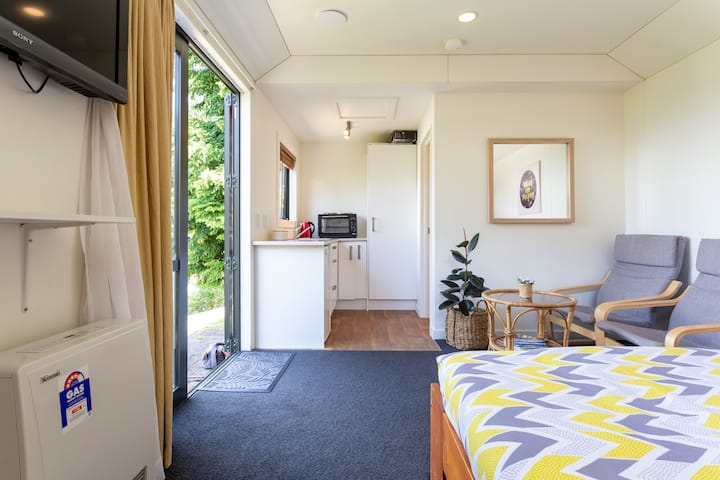 The Studio Apartment - so close to town!