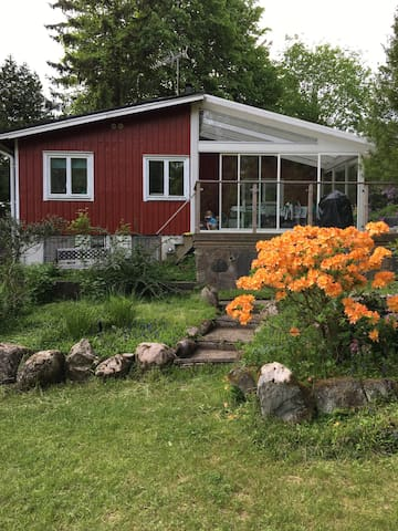 Fint hus, stuga vid en sjö