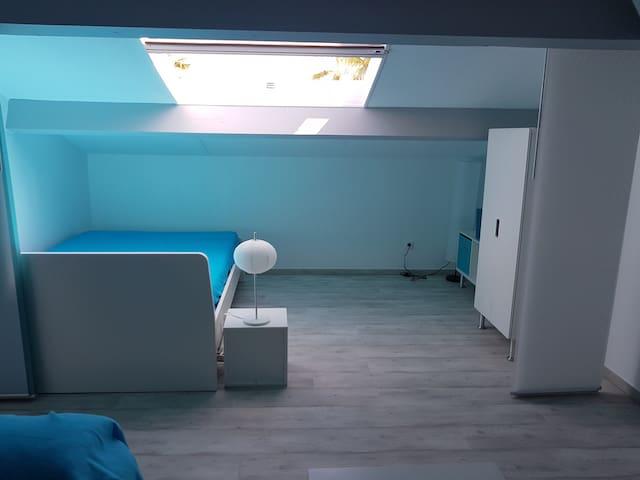 Mezzanine coté chambre avec grand velux.  Lit en 140x200cm