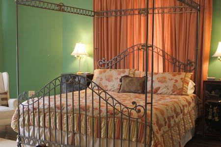 Beautiful Room in historic, family-operated home - Bell Buckle - Bed & Breakfast