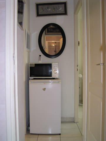 Dégagement commun d'accès aux chambres 1 et 2, à la salle de bain et au hall d'entrée