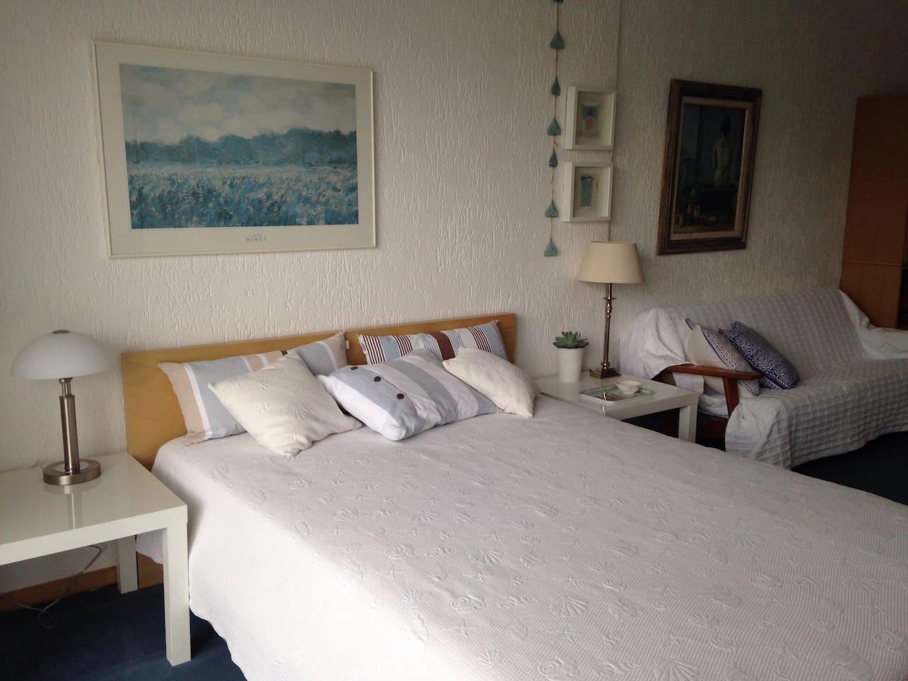 Doppelbett im Gästezimmer